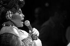 'Desde criança eu sonhava em ser cantora, em ser gente. Como pode uma pessoa sonhar em ser gente?', questiona Elza Soares