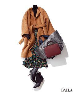 タートルニット×スカートコーディネートは、ノーカラーガウンで今季らしいムードを。ヴィンテージ風の長めフラワープリントスカートと合わせれば、コートの裾から柄がちらりとのぞき、華やかなムードに。足もとはヒールのあるショートブーツで、女っぽく仕上げるのがおすすめです。 コート(共布ベル・・・