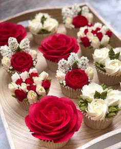 Too pretty to eat 🌸 Cupcakes by 🧁 Cupcakes Design, Cake Designs, Tolle Cupcakes, Frosting Flowers, Buttercream Flowers Tutorial, Cake Flowers, Cake Decorating Piping, Beautiful Cupcakes, Cake Trends