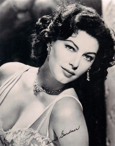 Hundreds of vintage sexy pictures of movie stars and glamour girl pin ups from the Hollywood Golden Age, from Ava Gardner and Betty Grable to Rudy Valentino, fast delivery, satisfaction guaranteed! Old Hollywood Movies, Hollywood Icons, Old Hollywood Glamour, Hollywood Fashion, Golden Age Of Hollywood, Vintage Hollywood, Classic Hollywood, Hollywood Stars, Vintage Movie Stars