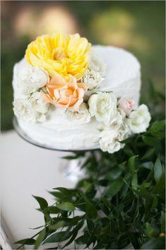 yellow and white wedding cake #weddingcake #weddingreception #weddingchicks http://www.weddingchicks.com/2014/02/06/simple-comforts-wedding-inspiration/