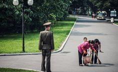 Le photographe Michael Huniewicz a voyagé en Corée du Nord depuis la Chine pour explorer un des pays les plus secrets du monde et capturer l'état de pauvreté mis en place par Kim Jong-un. Ces stupéfiantes photos ont été «très stressantes» a sortir du pays selon Huniewicz. De nombreuses fois, ses guides – qui sont …