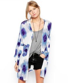 Discover kimonos at ASOS. Shop the range of floral, satin and silk kimonos available in short and long styles to wear during the day or for a night out. Floral Cardigan, Kimono Cardigan, Kimono Outfit, Kimono Style, Asos Kimono, Short Noir, Look Con Short, Fashion Models, Fashion Outfits