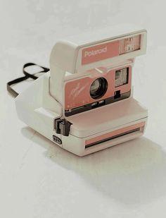 Impossible X UO - Appareil photo instantan 600 Cool Cam Polaroid p che Vintage Polaroid Camera, Pink Camera, Polaroid Cameras, Polaroid Frame, Fond Rose Pale, Pale Pink, Antique Cameras, Vintage Cameras, Peach Aesthetic
