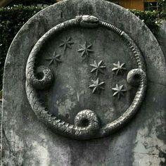 Ouroboros with stars ~ En la Alquimia, el Ouroboros simboliza la naturaleza circular de la obra del alquimista que une los opuestos: lo consciente y lo inconsciente. También es un símbolo de purificación, que representa los ciclos eternos de vida y muerte.