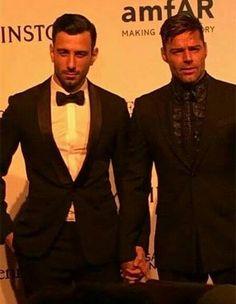 Ricky Martin llega a evento de la mano de su novio...