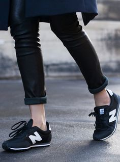 I need these NB sneakers to go with my little black dress! New Balance 410, New Balance Bleu Marine, New Balance 420 Black, Look Fashion, Street Fashion, Fashion Shoes, Womens Fashion, Net Fashion, Mode Style