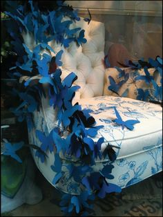 Beautiful blue paper butterflies in this Anthropologie NYC window display.put on fabric panel instead of a chair Design Display, Visual Display, Store Design, Design Shop, Display Ideas, Anthropologie Display, Vitrine Design, Art Et Design, Store Window Displays