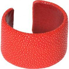 """Du liebst Eleganz und Exklusivität? Dann wird sich dieser edle korall-rote Armreif an Deinem Handgelenk sicher zuhause fühlen. Als Obermaterial wurde feinstes Rochenleder verwendet. Qualität und Leidenschaft von """"A Cuckoo Moment"""". @melovely.de"""