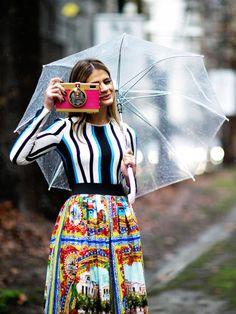 Stylisch durch den Regen? Mit bunten Farben und coolem Regenschirm.