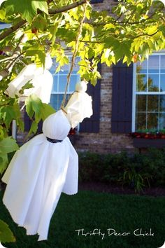 Love these easy-peasy DIY ghosts for Halloween yard decorations - courtesy of Thrifty Decor Chick blog