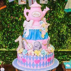 Bolo: Alice no País das Maravilhas By @janeecarolbolos #DentroDaFesta. . .  #party #ideias #festa #decoracao #decoracaoinfantil #cheshire  #disney #wdw #waltdisneyworld #princess #kidsparties #disneyparty #disneyprincess #alice #alicenopaisdasmaravilhas #festtasinfantis #aliceinwonderland #aliceinwonderlandparty #instagram #instacelebrate  #instaparty #fiestainfantil #aracaju #sergipe #vilavelha #vitoria