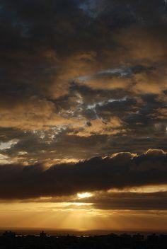 昨日の夕陽。  最初は雲から漏れる光だけでした。