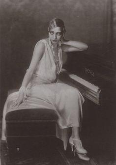 A very vampy Josephine Baker, 1926
