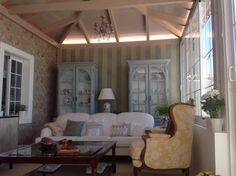 Salón con muebles pintados recuperados