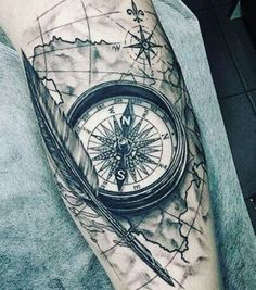 Photo extraite de 20 tatouages pour tous les amoureux du voyage (20 photos) Compass Tattoos Arm, Compass And Map Tattoo, Compass Tattoo Design, Map Tattoos, Wolf Tattoos, Tattoo Now, Arm Tattoo, Girls With Sleeve Tattoos, Tattoos For Guys