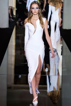 All the runway looks from Atelier Versace: Paris Haute Couture Spring/Summer 2015 Haute Couture Style, Couture Mode, Spring Couture, Couture Fashion, Runway Fashion, Paris Fashion, Donatella Versace, Gianni Versace, Atelier Versace
