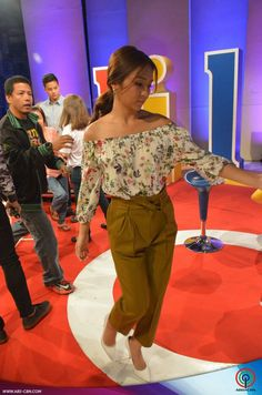 This is the pretty Kathryn Bernardo smiling for the camera while getting herself ready for ASAP Chillout with Daniel Padilla, Enrique Gil, and Liza Soberano at ABS-CBN Studio 10 last May 24, 2015. Indeed, Kathryn is one of my favourite Kapamilyas and she's an amazing Star Magic talent. #KathrynBernardo #TeenQueen #ASAP20 #ASAPChillout Child Actresses, Child Actors, Kathryn Bernardo Outfits, Enrique Gil, Star Magic, Liza Soberano, Daniel Padilla, Jadine, Filipina