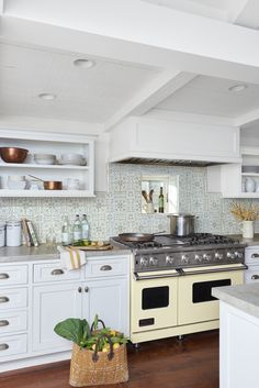 Vintage kitchen decor ideas help you to get a good idea of how to merge classic kitchen design with modern sensibilities. Take a look at these Vintage Kitchen Designs and judge for yourselves! Farmhouse Kitchen Interior, Cottage Kitchens, Vintage Kitchen Decor, Interior Design Kitchen, Country Kitchen, Rustic Farmhouse, Beach Kitchens, Country Living, Layout Design