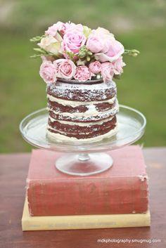 Vintage Whites Blog: beautiful way to display a cake.