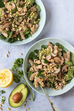pasta-met-avocado-pesto-en-champignons Pureed Food Recipes, Veggie Recipes, Pasta Recipes, Vegetarian Recipes, Healthy Recepies, Healthy Salads, Healthy Eating, Avocado Pesto, Food Goals