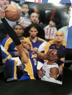 Kobe Bryant posterizes Chris Paul