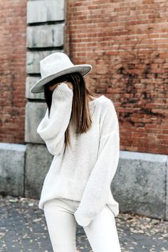 Collage Vintage // dove grey hat, oversized white sweater and white skinny jeans #style #fashion #fall #allwhite