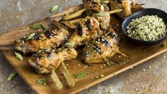 Spicy, sweet grilled chicken wings are a must on any party menu. These Japanese-inspired wings are first marinated with a sake, soy sauce, ginger. Tilapia, Healthy Dinner Recipes, Healthy Snacks, Healthy Eating, Pumpkin Vegetable, Vegetable Recipes, Grilled Chicken Wings, Chicken Kabobs, Bacon