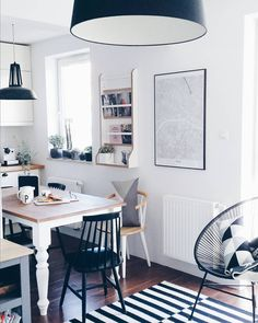Nice monochromatic scheme for a breakfast nook area Restaurant Bad, Küchen Design, House Design, Interior Decorating, Interior Design, Eclectic Decor, Home Decor Inspiration, Kitchen Interior, Decoration