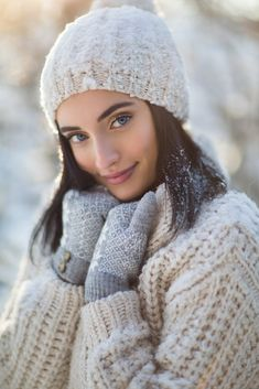 Baby Pictures Winter Engagement Shoots Ideas For 2019 Winter Senior Pictures, Winter Photos, Winter Pictures, Baby Pictures, Photo Portrait, Portrait Poses, Snow Photography, Portrait Photography, Levitation Photography