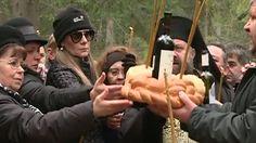Romanita Iovan a organizat sâmbata parastasul de 40 de zile pentru fostul ei sot, pilotul Adrian Iovan, decedat în accidentul aviatic din Apuseni. Creatoarea de moda a facut un gest emotionant la locul producerii tragediei.