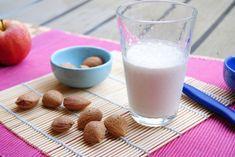 Un latte di mandorle denso e aromatizzato alla vaniglia, ottimo per la colazione e veloce nella preparazione. La ricetta che non lascerete più!