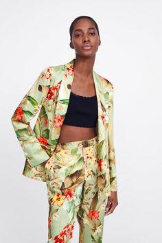 PANTALÓN ESTAMPADO FLORAL - Ver Todo-PANTALONES-MUJER | ZARA Colombia Floral Print Pants, Floral Prints, Trousers Women, Pants For Women, Printed Trousers, Zara United States, Zara Women, Kimono Top, Colombia
