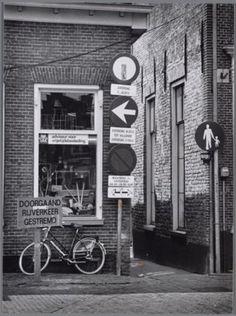 Een overvloed aan verkeersborden op de Krommestraat bij de ingang van de Marktgang. Links de winkel van Steven Volp. | if then is now