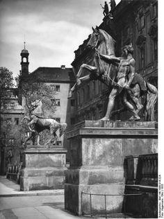 Die Rossebändiger vor dem Stadtschloß 1933. Sie stehen heute im Kleistpark. Berlin, 1933. o.p.