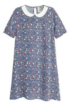 Платье с рисунком: Короткое платье из жатой вискозной ткани с набивным рисунком. Слегка расклешенная модель с белым круглым воротником и короткими рукавами. Вырез с обтянутой пуговицей сзади у горловины. Без подкладки.