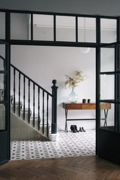 Stylish black and white hallway with a cross-legged desk. Step inside the South West London Home of Sommer Pyne to see more interior inspiration. Entry Tile, Tiled Hallway, Hallway Flooring, Black And White Hallway, Victorian Hallway, Edwardian House, Hallway Designs, London House, Staircase Design