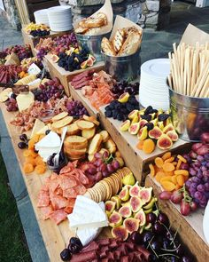 15 Delicious Wedding Food Station Ideas Your Guests Will Love outdoor we. - 15 Delicious Wedding Food Station Ideas Your Guests Will Love outdoor wedding food bar ideas - Outdoor Wedding Foods, Wedding Food Bars, Wedding Food Stations, Wedding Catering, Wedding Food Displays, Buffet Wedding, Wedding Snacks, Party Buffet, Unique Wedding Food