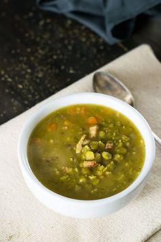 {A Melhor} Sopa de Ervilhas   Imprimir Tempo de preparo 10 mins Tempo de Cozimento 50 mins Tempo total 1 hour  Esta sopa de ervilhas é uma maravilha, e fácil de fazer. Autor: Malas e Panelas Tipo: Sopa Rendimento: 6-8 porções Ingredientes 1 colher de sopa de azeite de oliva 1 cebola média, picada 3 cenouras médias, picadas 2 talos de aipo, picados 1 pitada (ou 2) de tomilho seco Sal e pimenta moída na hora 4 fatias de bacon 2 litros de água 2 cubos de caldo de carne 500 g de ervilha seca…