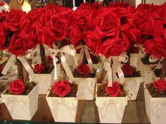 Linda topiara de rosas em e.v.a. cor rosa vermelho vivo ( total de 10 rosas colombianas) em um vasinho MDF tamanho médio 11x11- altura total do arranjo 35cm. É uma decoração ímpar e poderá ser usada diversas situações como: centro de mesa,decoração mesa bolos e doces,lembrancinha e muito mais! Topiara estilo rústico devido ao galho seco e desidratado e não deixa de ser elegante e original ao mesmo tempo Rosas disponíveis nas cores: rosa - lilás - roxo - vermelho - branco puro - champagne...