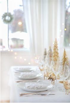 Une décoration blanche et dorée pour une table de Noël chic et festive ! Mention spéciale pour les serviettes pliées en forme de sapin de Noël. Faites le plein d'idées sur le tableau Pinterest DECO NOEL https://fr.pinterest.com/bonjourbibiche/deco-noel/ #decoration #noel #blanc