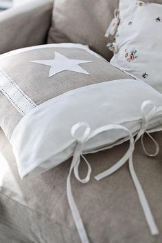 Sewing Cushions Star cushion in linen and lace Sewing Pillows, Diy Pillows, Decorative Pillows, Star Cushion, Linens And Lace, How To Make Pillows, Love Sewing, Scatter Cushions, Soft Furnishings