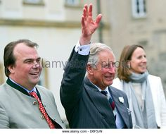 Langenburg, Germany, 27 May 2013. Heir to the English throne, Prince Charles (C), stands betweeen Prince Philipp of Hohenlohe-Langenburg and his wife Saskia of Hohenlohe-Langenburg in Langenburg, Germany, 27 May 2013. Prince Charles visited Baden-Wuerttemberg in order to attend a symposium on regional food production. Photo: DANIEL BOCKWOLDT/DPA/Alamy Live News - Stock Image