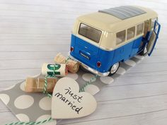 Hochzeitsauto Volkswagen T1 Bus blau/weiß 1963 Das stilvolle Geldgeschenk zur Hochzeit.  Der VW Bus wird mit einer Kordel ausgestattet, an dem die aufgerollten Geldscheine von dir befestigt... Vw Bus, Volkswagen, Wooden Toys, Wedding Gifts, Diy And Crafts, Presents, Etsy, Inspiration, Original Gifts