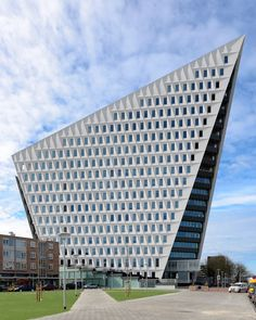 The Municipal Office in Leyweg is the 'second town hall' of Den Haag. Futuristic Architecture, Facade Architecture, Beautiful Architecture, Unusual Buildings, Interesting Buildings, Ouvrages D'art, Famous Architects, The Hague, Commercial Architecture