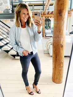 How to style a bomber jacket for Fall // Cute and simple outfit for Fall // Fall fashion outfit // Easy to wear outfit for Fall // Fall must haves Fall Fashion Outfits, Autumn Fashion, Fall Must Haves, Simple Outfits, Everyday Outfits, Affordable Fashion, Outfit Of The Day, Bomber Jacket, Cute