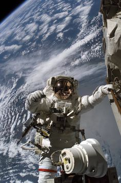 Robert Curbeam walks in space outside the ISS, December (NASA) Astronauts In Space, Nasa Astronauts, Cosmos, Nasa Space Program, Space Race, Apollo 11, Space And Astronomy, Earth From Space, Space Station