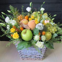Candy Bouquet Diy, Food Bouquet, Diy Bouquet, Fruit Flower Basket, Fruits Basket, Flower Boxes, Basket Flower Arrangements, Edible Arrangements, Fruit And Veg Shop