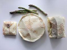 Bee's Wrap to bawełniana szmatka z zaprasowanym woskiem pszczelim, olejkiem jojoba i żywicą drzewną. Używam go w kuchni zamiast folii - zobacz, jak!