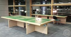 Solidne stoły do czytelni w bibliotece, wykonane z laminatów HPL i litego drewna, w panelowych nogach rozprowadzono okablowanie co daje możliwość podłączenia multimediów i oświetlenia na blatach.